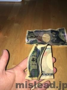 洗濯した千円札の束を広げる