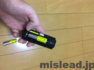 ライトセーバーに電池挿入