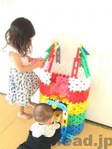 ニューブロックのお城で遊ぶ子どもたち