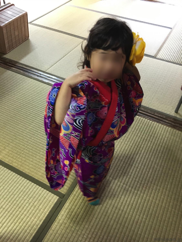 琉球写真館で3歳児の着付け